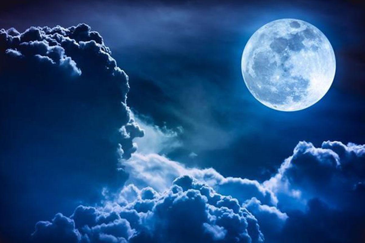 """""""هنا"""" تعبير عن وصف القمر وهو ينير السماء"""